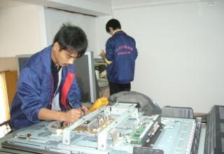 广州液晶电视维修员工认真检修中