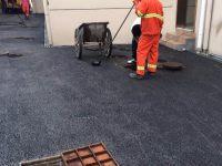 马桶堵了乱用管道疏通剂,小心毁容!