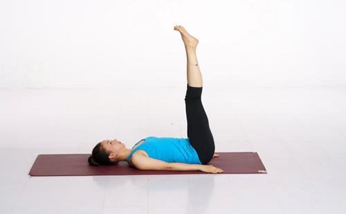 瑜伽上伸腿式练习步骤:(见图)   1,仰卧.
