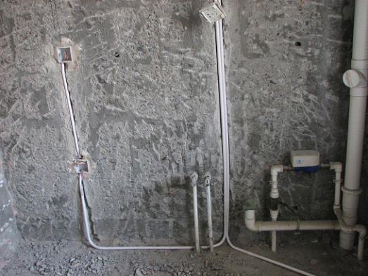 老房子装修注意事项之水电改造 五、老房子装修注意事项之水电改造 旧房的地面防水、水路往往有许多不合理的布局,相应的改造工程量很大。许多旧房子存在电线老化、违章 布线的现象,也需要重新更换、改造。而且要检查原有水路是否锈蚀、老化,不合理的要在施工中进行更换。在换线时,每一路主线必须使用2.