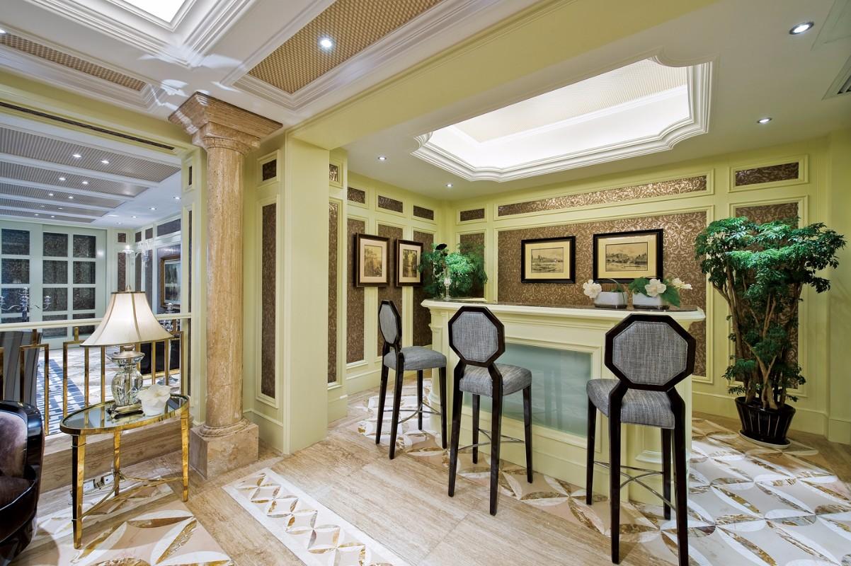 在欧式书房中使用木制地板,色彩淡雅,同时,阁楼被改造成一个休闲场所