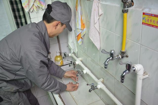安装维修各种式样:水龙头,维修马桶上水不停,马桶漏水,洗面盆,自来水