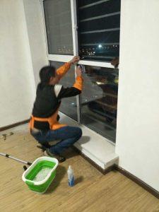 员工擦玻璃中