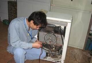 广州洗衣机维修工作人员认真作业中