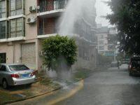南宁邕武路水管被挖断 5米水柱喷上天空